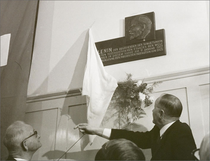Erecting a plaque to Lenin in the Zurich Volkshaus in April 1970.