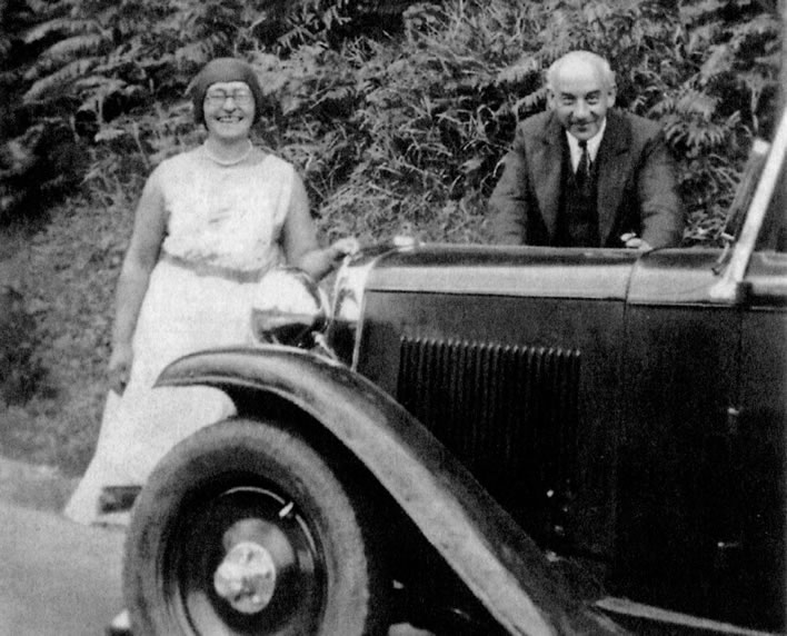 Eva and Victor Klemperer with their car in 1935